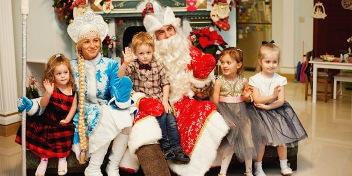 Дети с Дедом Морозом и Снегурочкой