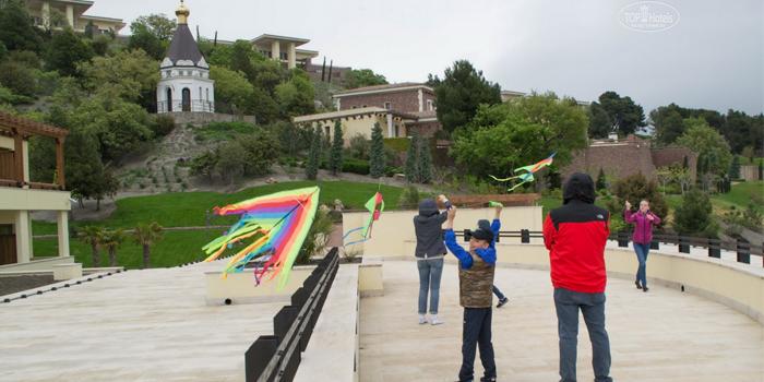 Дети запускают воздушных змеев