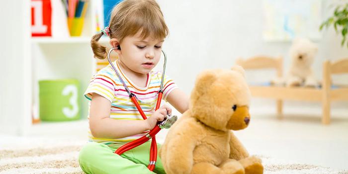 Девочка играет с мишкой