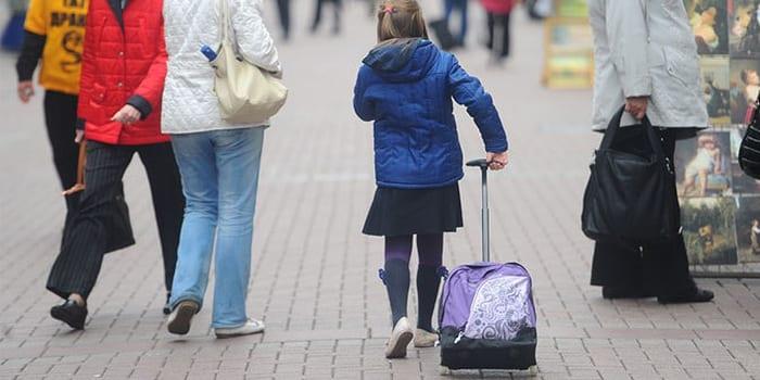 Школьница идет по улице