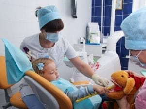 Девочка в кабинете стоматолога