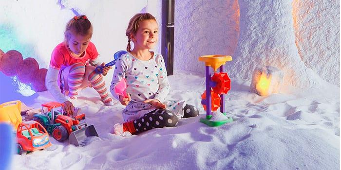 Девочки играют в соляной пещере