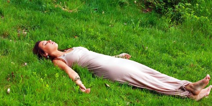 Девушка расслабляется на природе