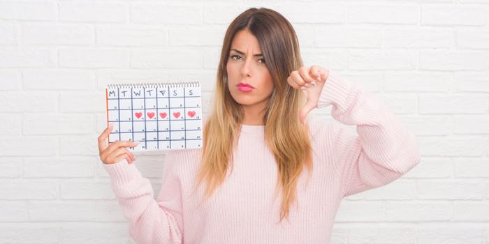 Девушка с календарем в руках