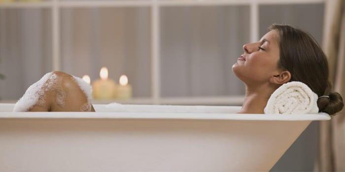 Женщина в горячей ванне