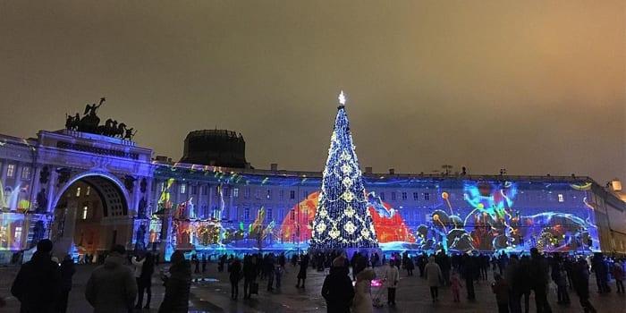 Дворцовая пложадь в новогоднем убранстве