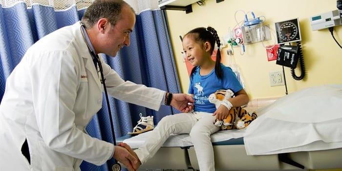 Хирург осматривает девочку