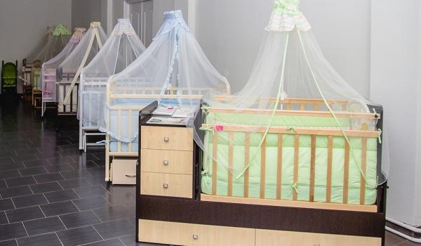 Как выбрать безопасную детскую кроватку
