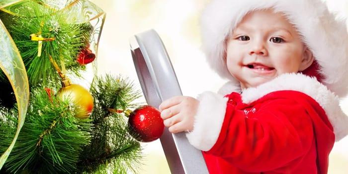 Искусственная елка и малыш