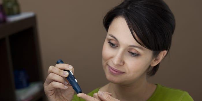 Женщина измеряет сахар в крови