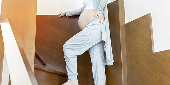 Женщина шагает по лестнице