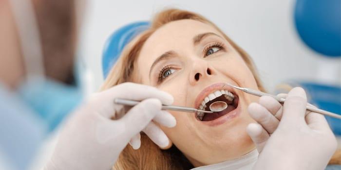 Женщина на приеме у стоматолога