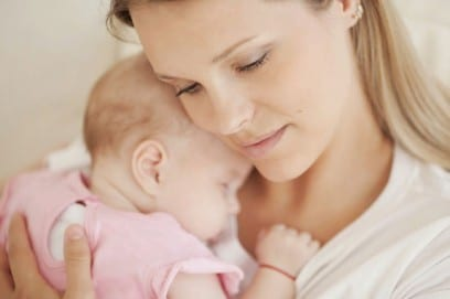 Как держать новорожденного ребенка правильно