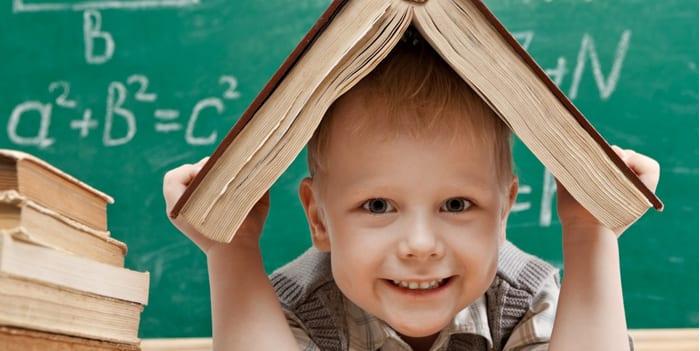 Мальчик в учебном классе