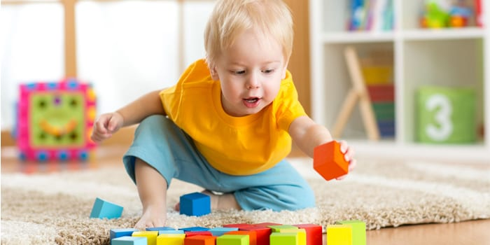 Мальчик играет с кубиками