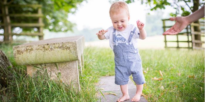 Малыш делает первые шаги