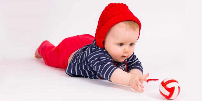 Малыш тянется к игрушке
