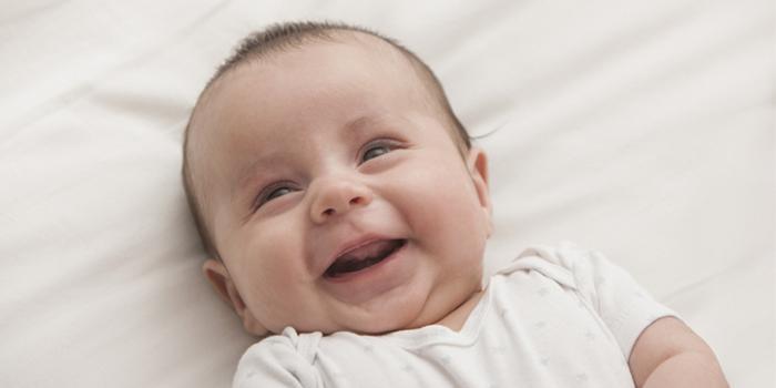 Двухмесячный мальчик улыбается