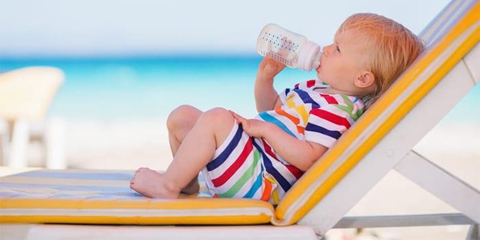 Малыш в жару на пляже