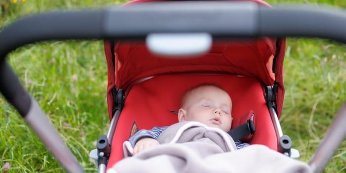 Малыш в коляске на прогулке