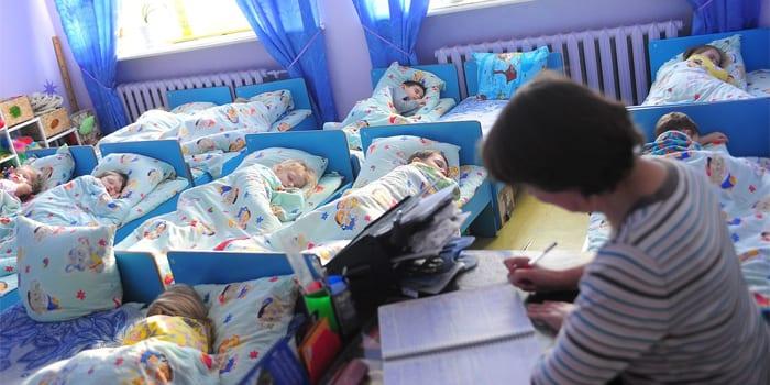 Малыши спят под присмотром воспитателя