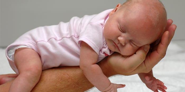 Малышка спит на животе