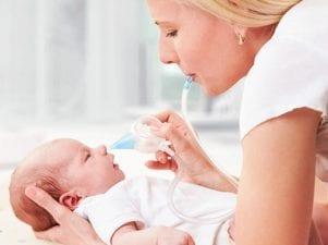 Как почистить носик новорожденному от соплей