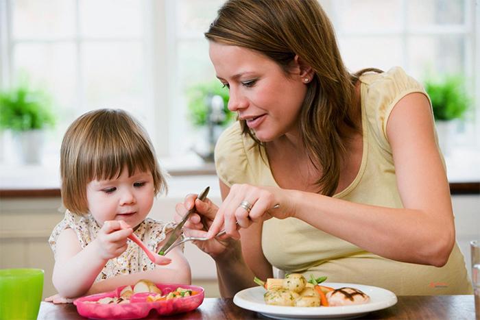 Мама ест полезную еду вместе с ребенком