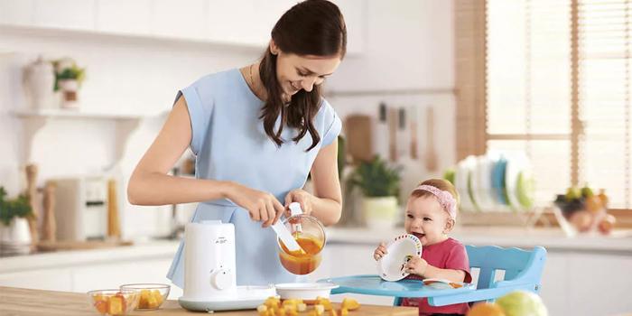 Мама готовит дочке пюре