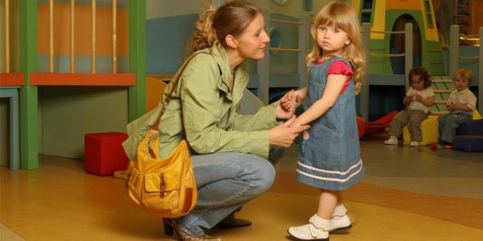 Мама отводит девочку в детский сад