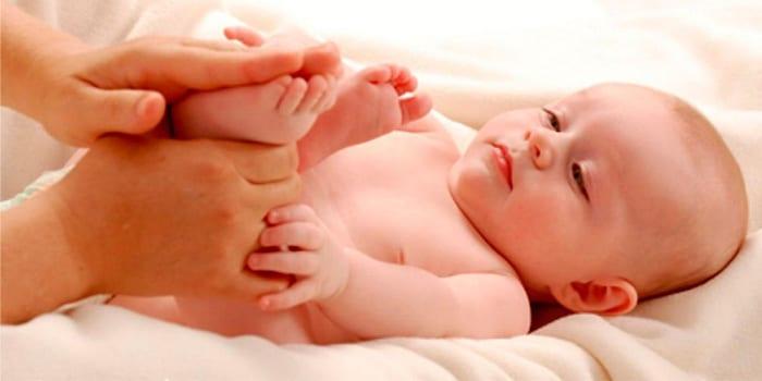 Малышу делают массаж стоп