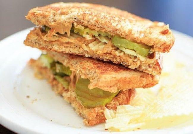 Ореховая паста на бутерброде с маринованными огурцами