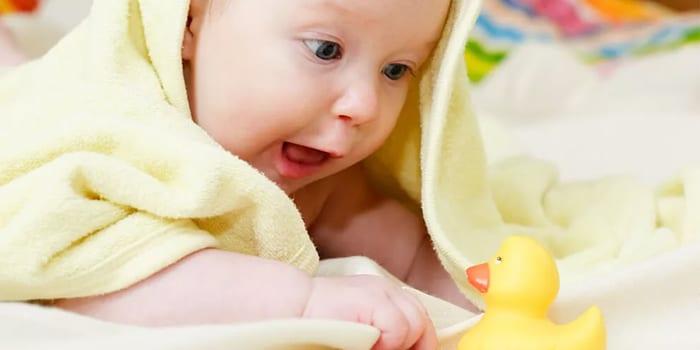 Ребенок играет с уточкой