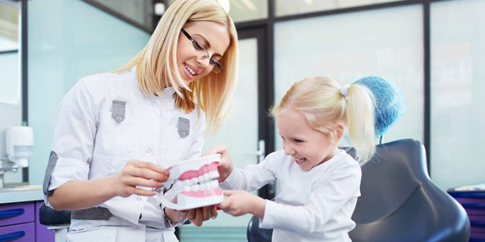 Малышка на приеме у стоматолога