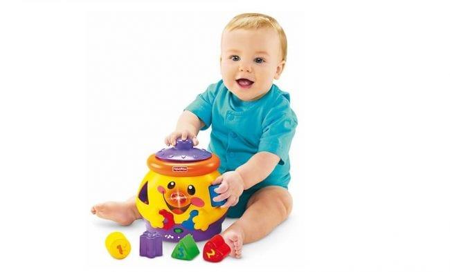 Складывание предметов в сортер для ребенка 6 месяцев