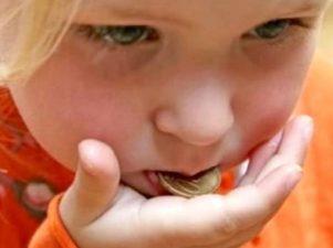 Что делать, если ребенок проглотил несъедобный предмет