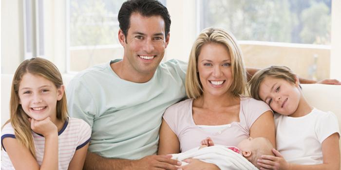 Семья с двумя детьми и новорожденным