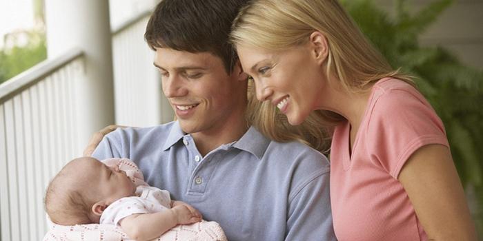 Мама, папа и новорожденный ребенок