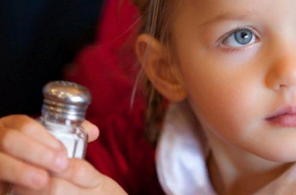 8 признаков, что ваш ребенок ест слишком много соли и вредит своему здоровью