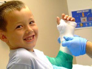 3 самых частых детских перелома костей, о которых родители должны стать