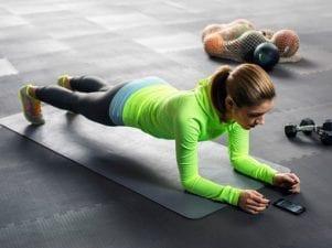 3 эффективных упражнения с планкой, чтобы убрать ушки на бедрах