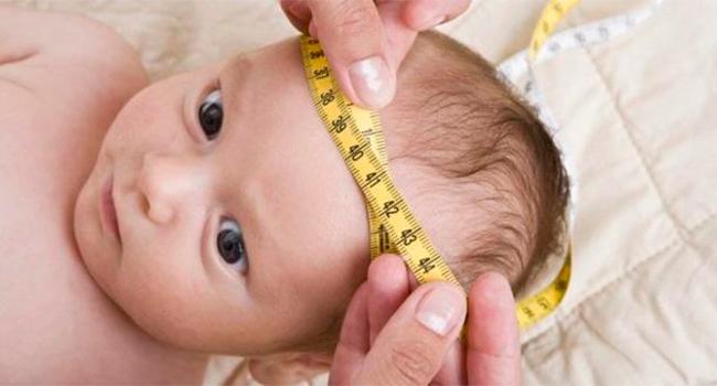 Измерение головы у ребенка